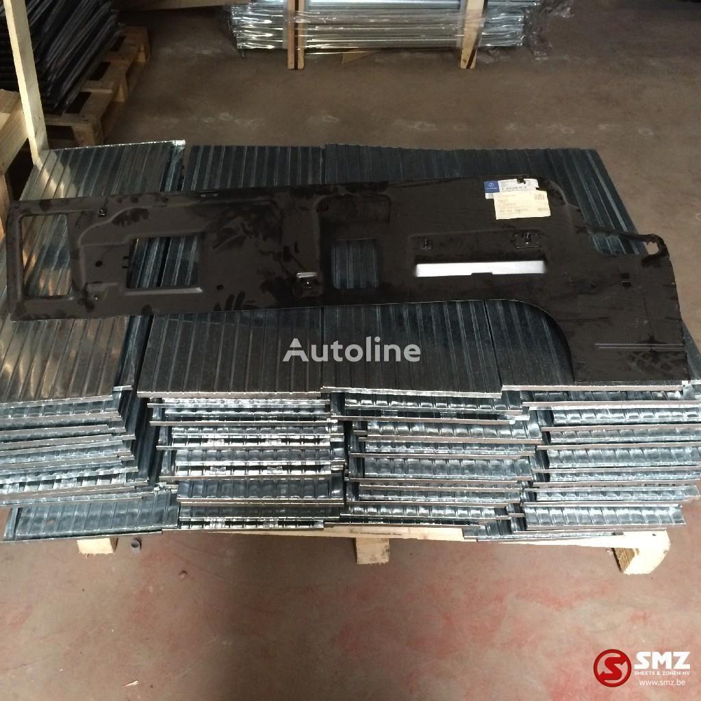 другая запчасть кабины MERCEDES-BENZ Occ binnenpaneel b zijde atego rechts (A9736400210) для грузовика